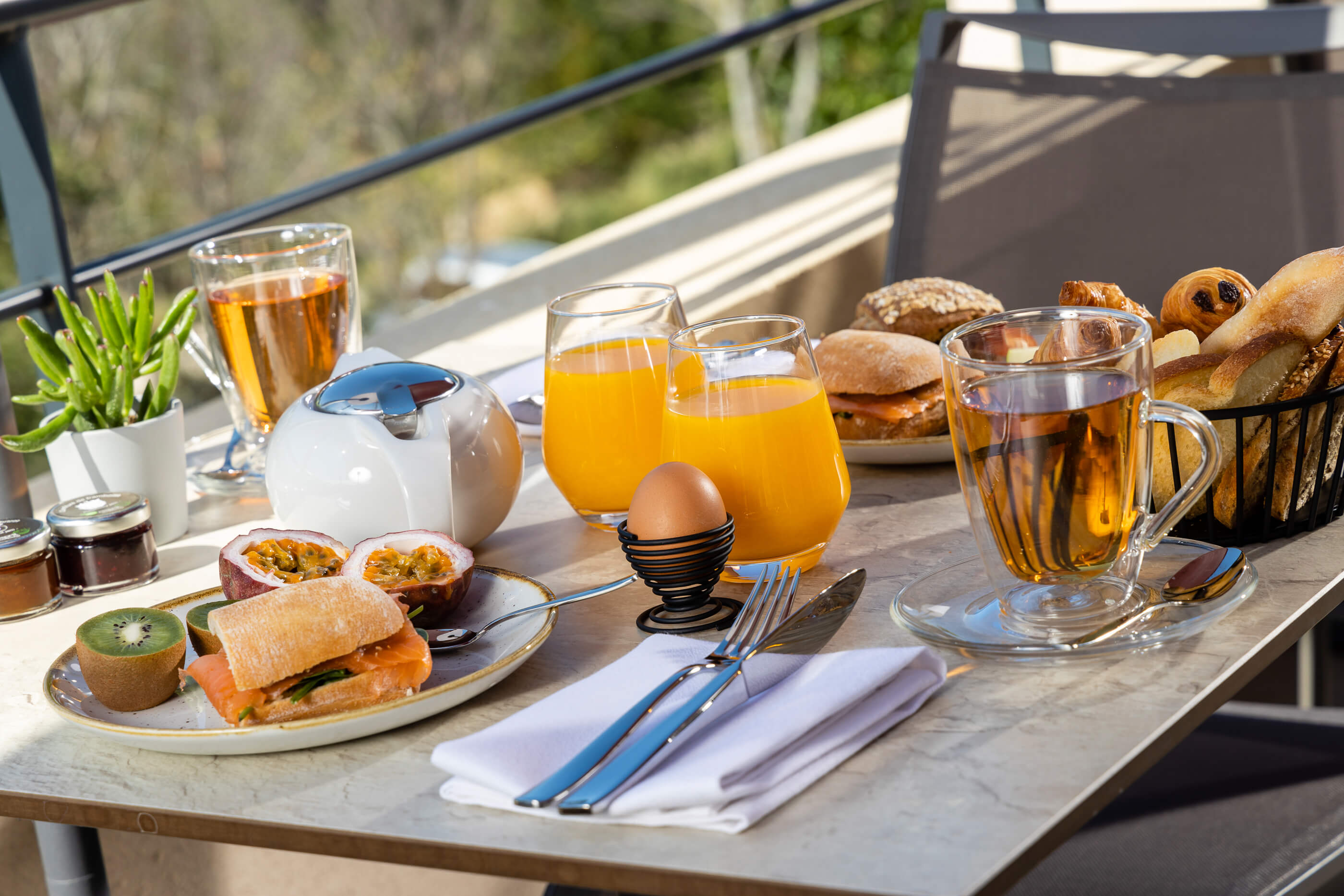 Petit Déjeuner en Terrasse à l'Hôtel Sainte Victoire 4 étoiles à Vauvenargues proche Aix-en-Provence